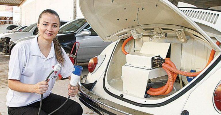 Engenheira capixaba instala motor elétrico em Fusca e deixa de usar gasolina